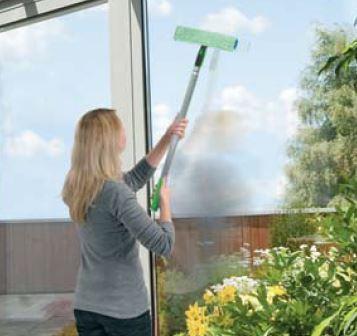 JEMAKO-Fenstereinwaescher-mit-Teleskopstiel-Anwendung