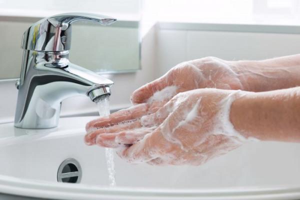 Haende-waschen-mit-seife_700x450